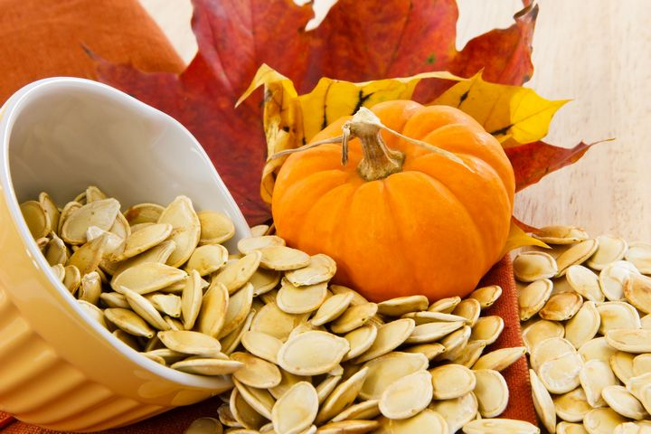 Семена и овощи на листьях