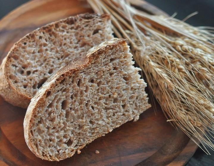 Серый хлеб на столе