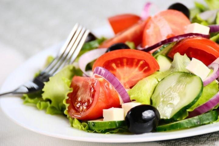 Летний салат в тарелке