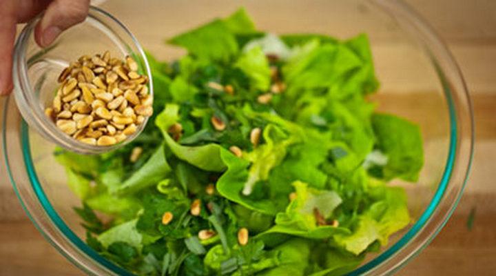 Зеленый салат в тарелке